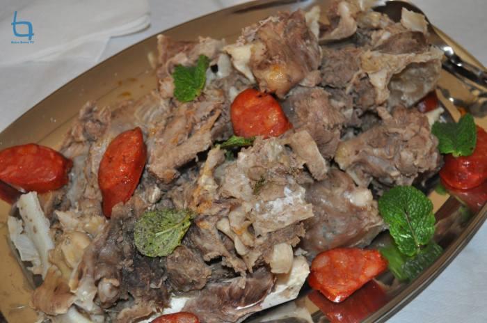 A travessa das carnes cozidas